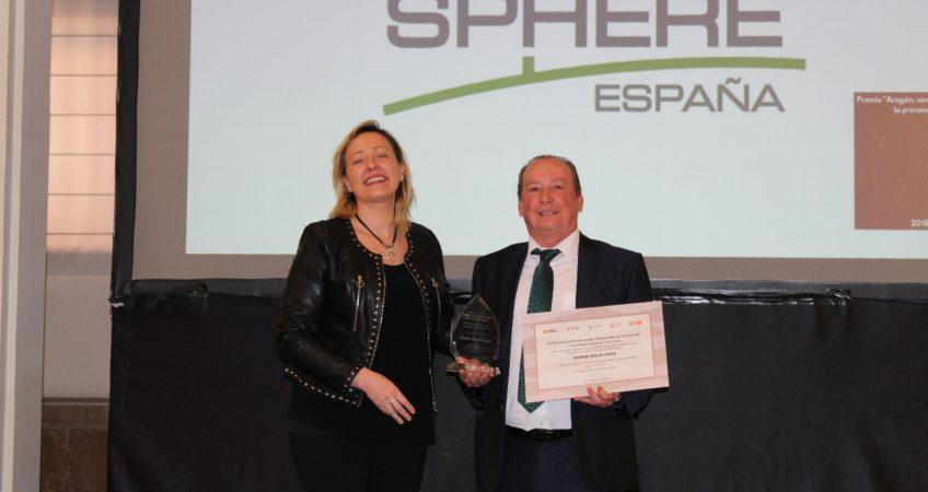 La consejera de Economía, Industria y Empleo, Marta Gastón entrega el premio a Alfonso Biel, director general de Sphere España