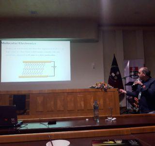 Santiago Martín presentando su trabajo en un congreso de Quito, Ecuador